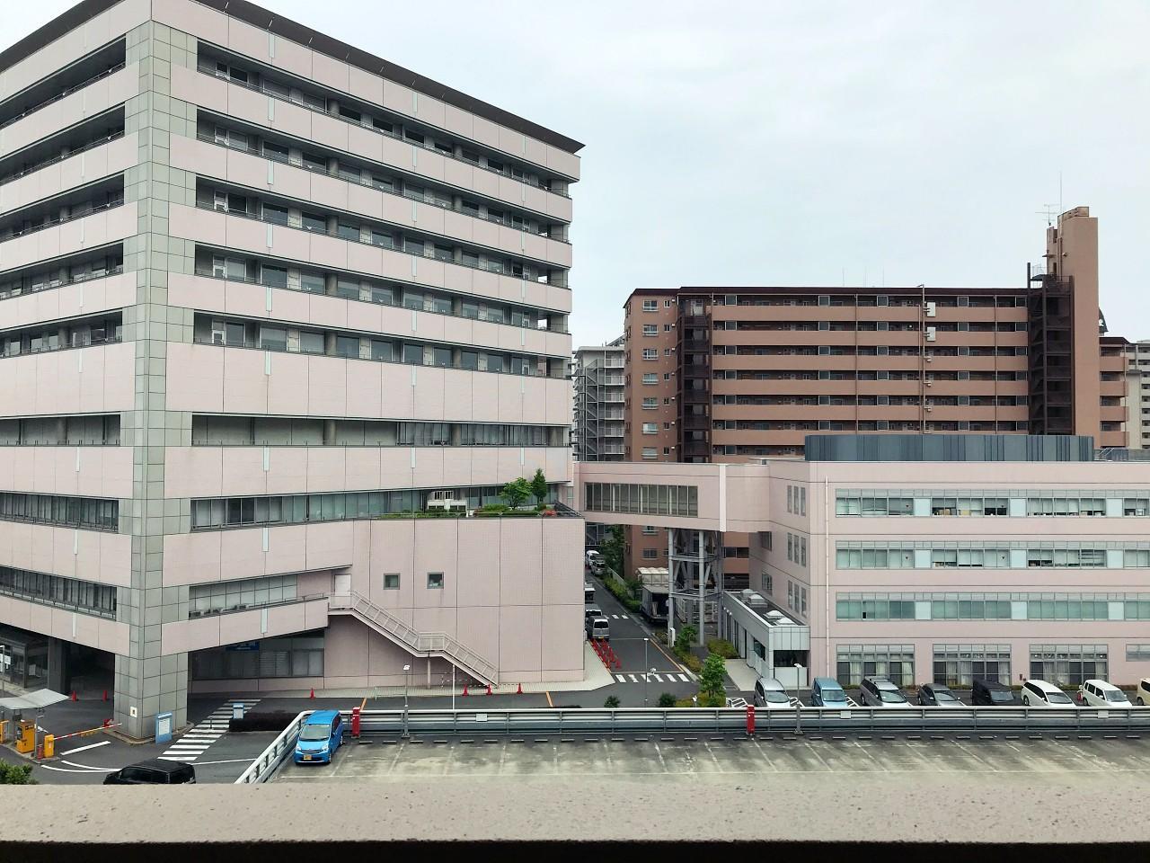 目の前は向かいにある大病院の駐車場