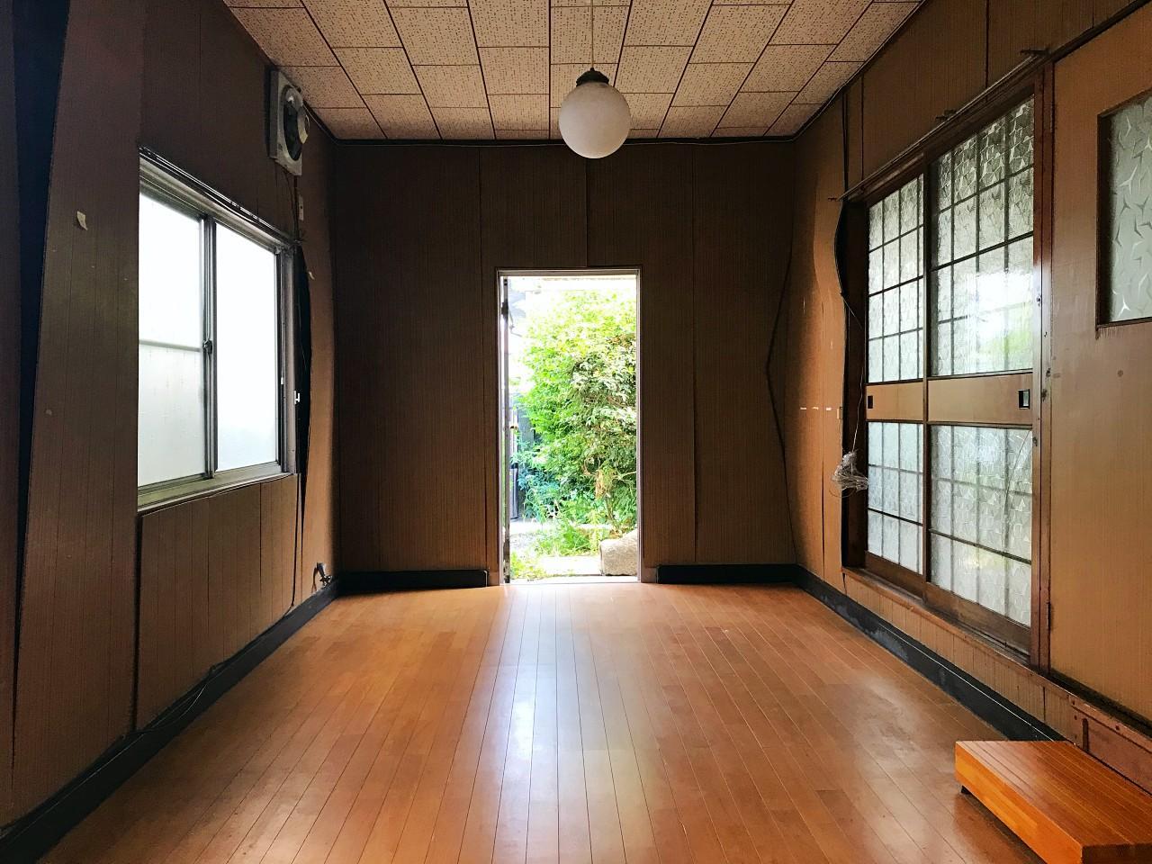 台所に隣接した長い洋室。庭にも直接出られます