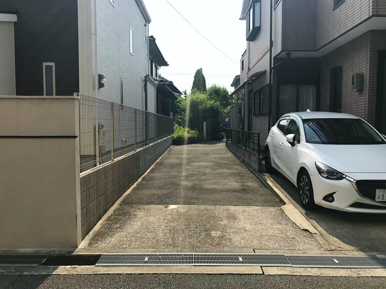 路地の先に見える庭先。この路地も敷地なので車等も停められます