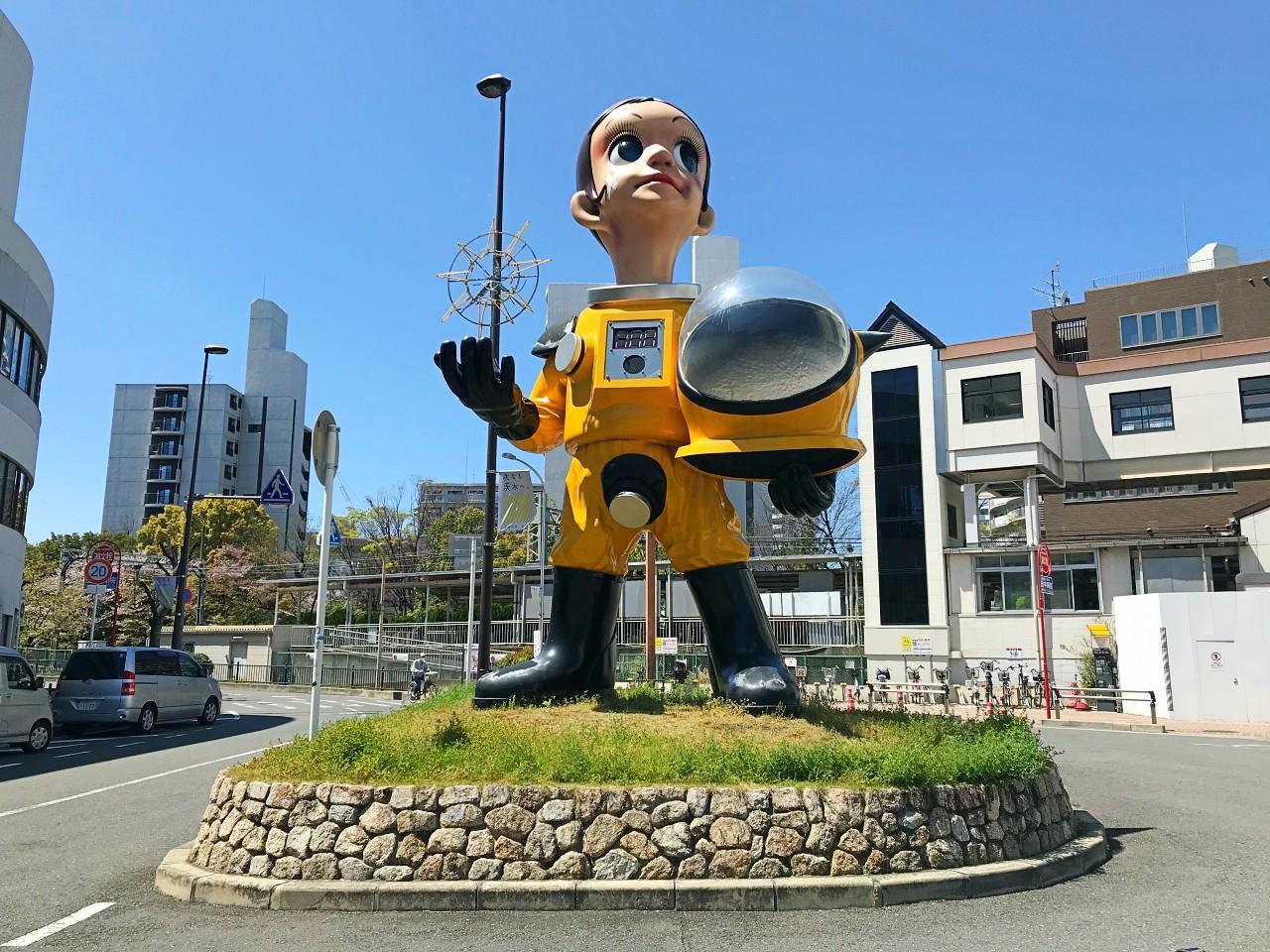 駅前にヤノベケンジ作の大きな像。幼少期をここで過ごしたそう