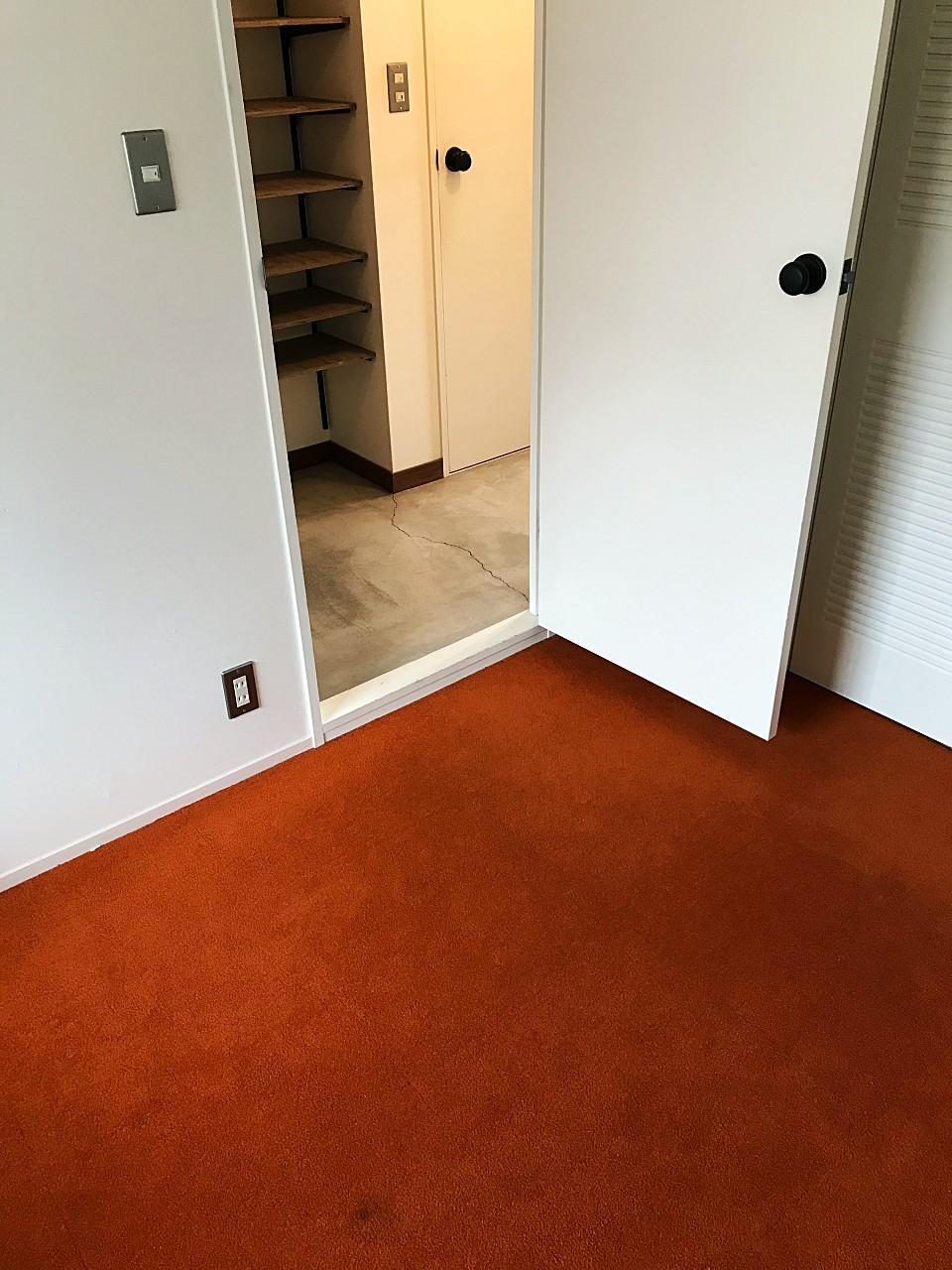 玄関横の個室は赤いカーペット敷