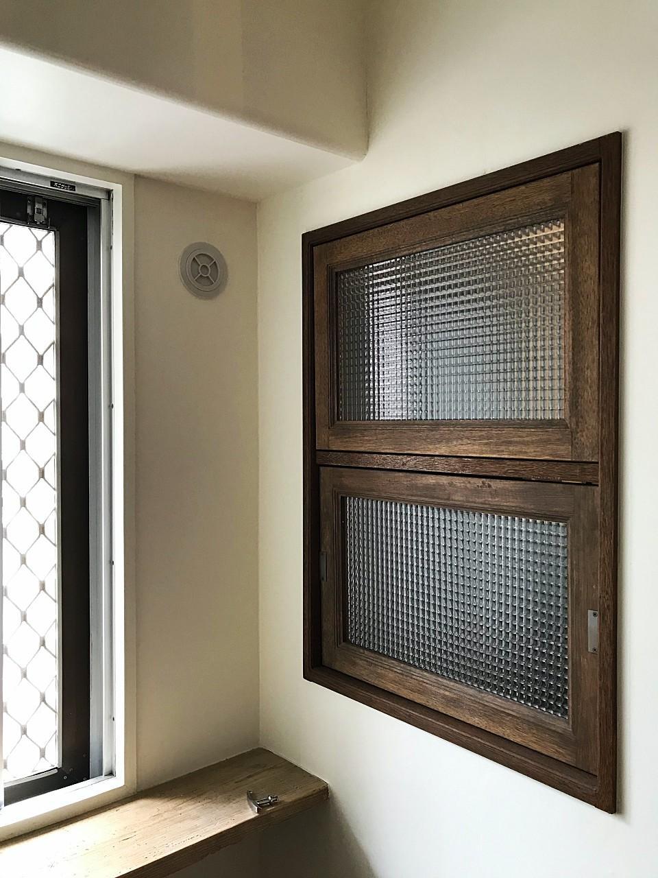 玄関とつながる回転窓