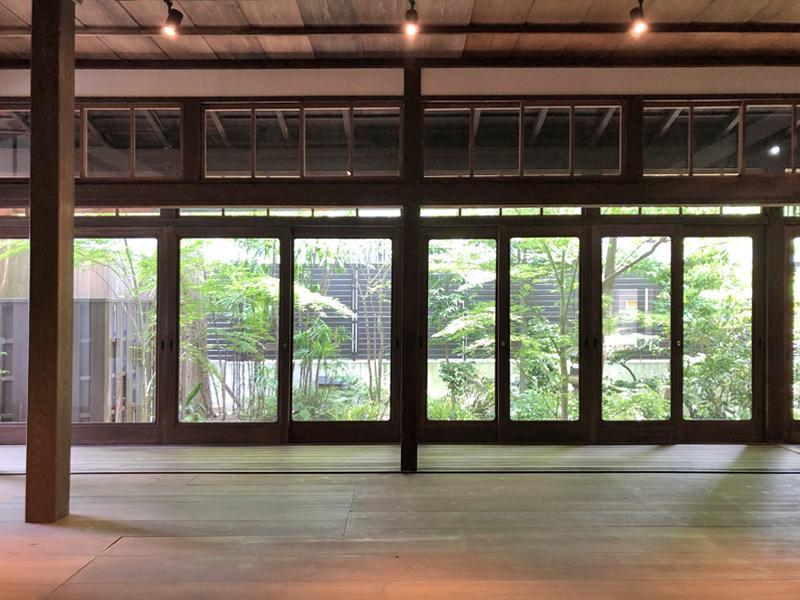緑のパノラマと木の茶色、そして天井の陰影のコントラストが美しい店内