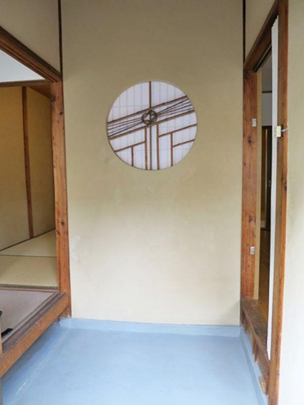 可愛いらしい丸窓が出迎えてくれる玄関