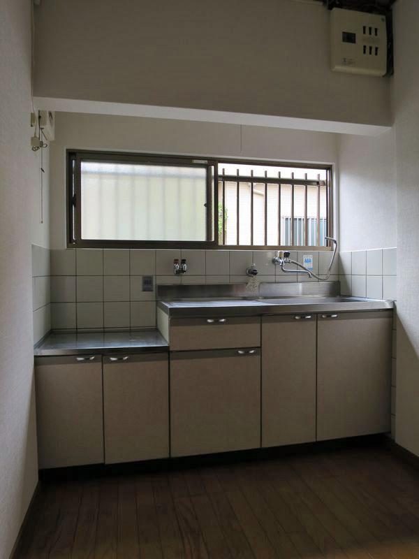 台所。レトロな雰囲気が建物とよく合います