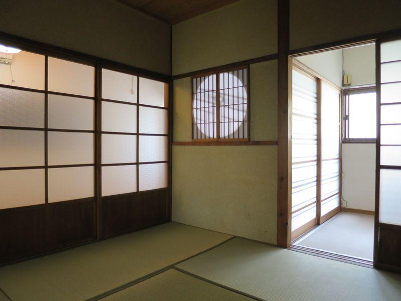 4畳半の和室。玄関とお揃いの丸窓がいい味を出しています
