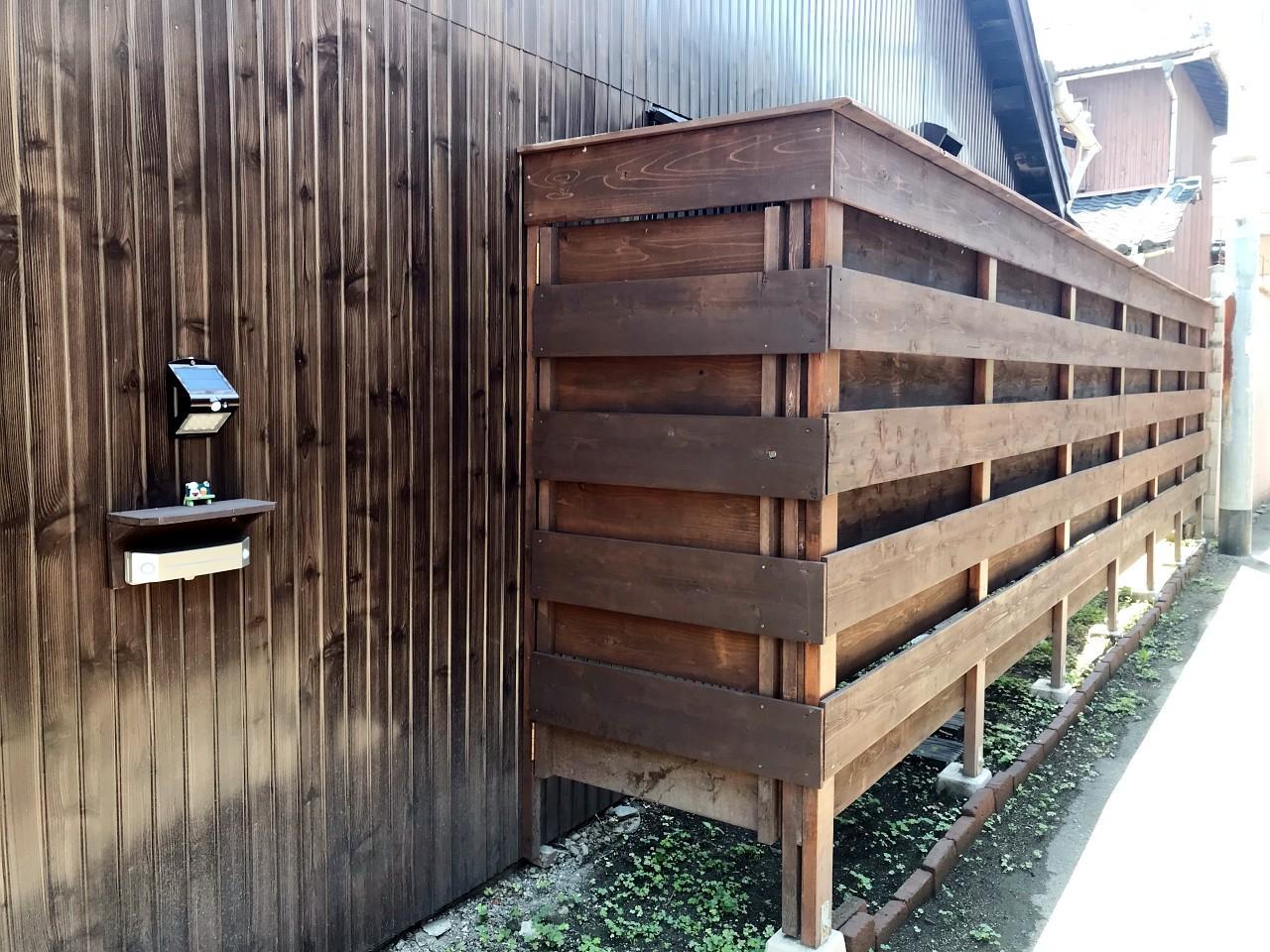 建物脇に鍵付きの勝手口。ここから庭にも入れます(自転車置き場にも)