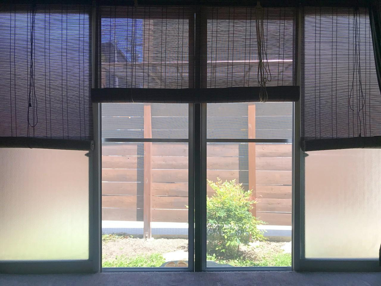 洋室の窓を開ければ前庭です