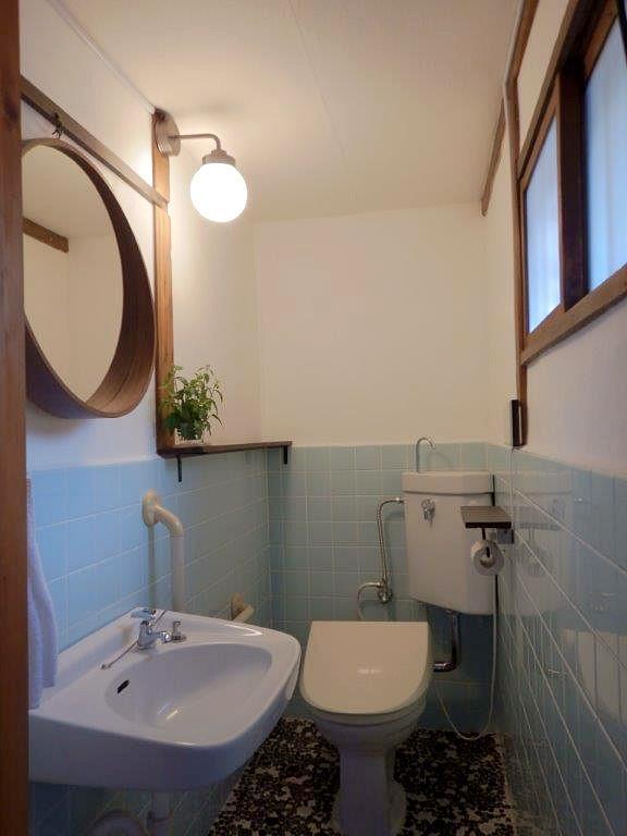 昭和なトイレ。鏡と温水洗浄が新設されました