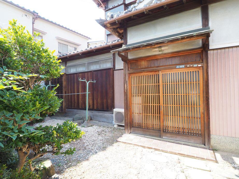 今では珍しくなった木製の玄関引き戸と雨戸