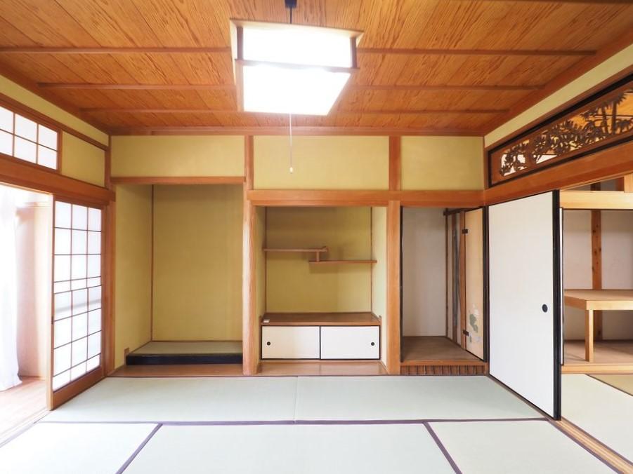 1階和室8帖。床の間の右側には軸回しと呼ばれる収納式の襖がある