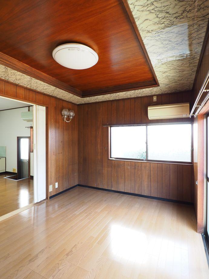 1階リビング。特徴的な天井の装飾