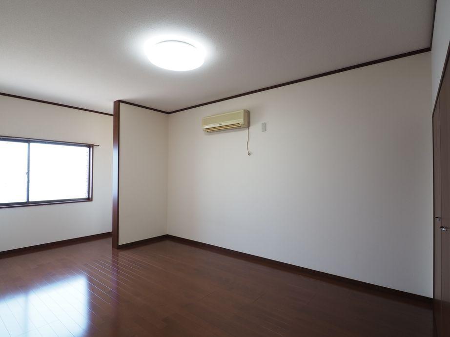 2階洋室(西側)。照明もエアコンも備え付けられている