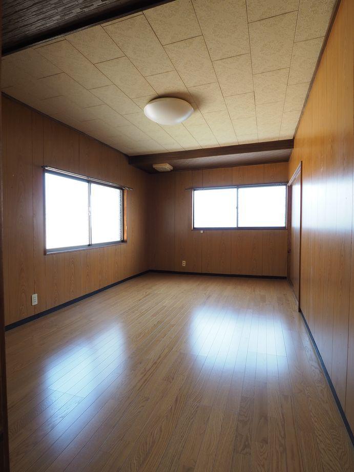 2階洋室(東側)。2階は各室に収納付き