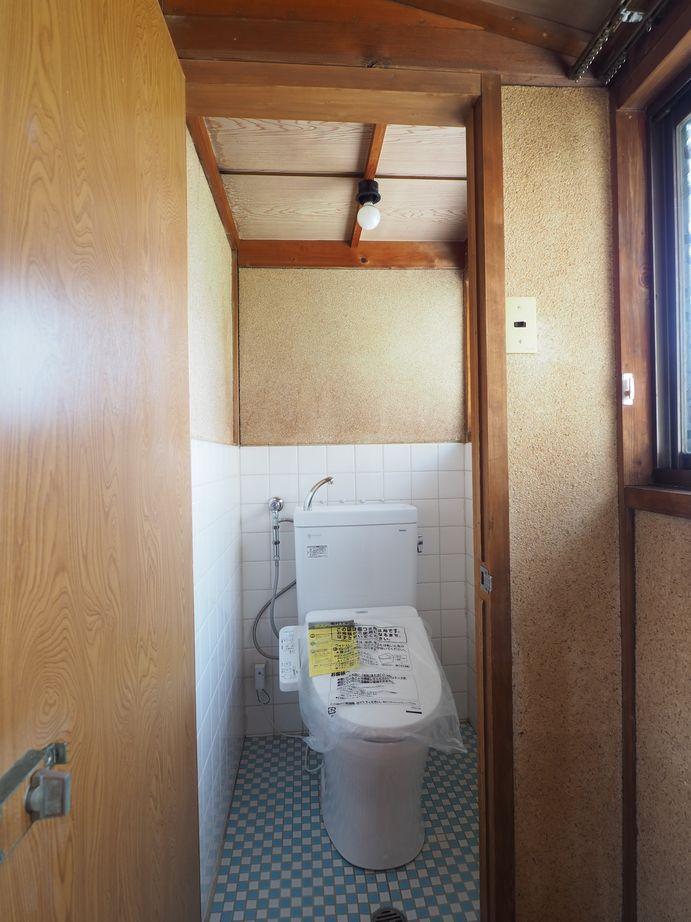 2階トイレ。奥行きが少し狭い