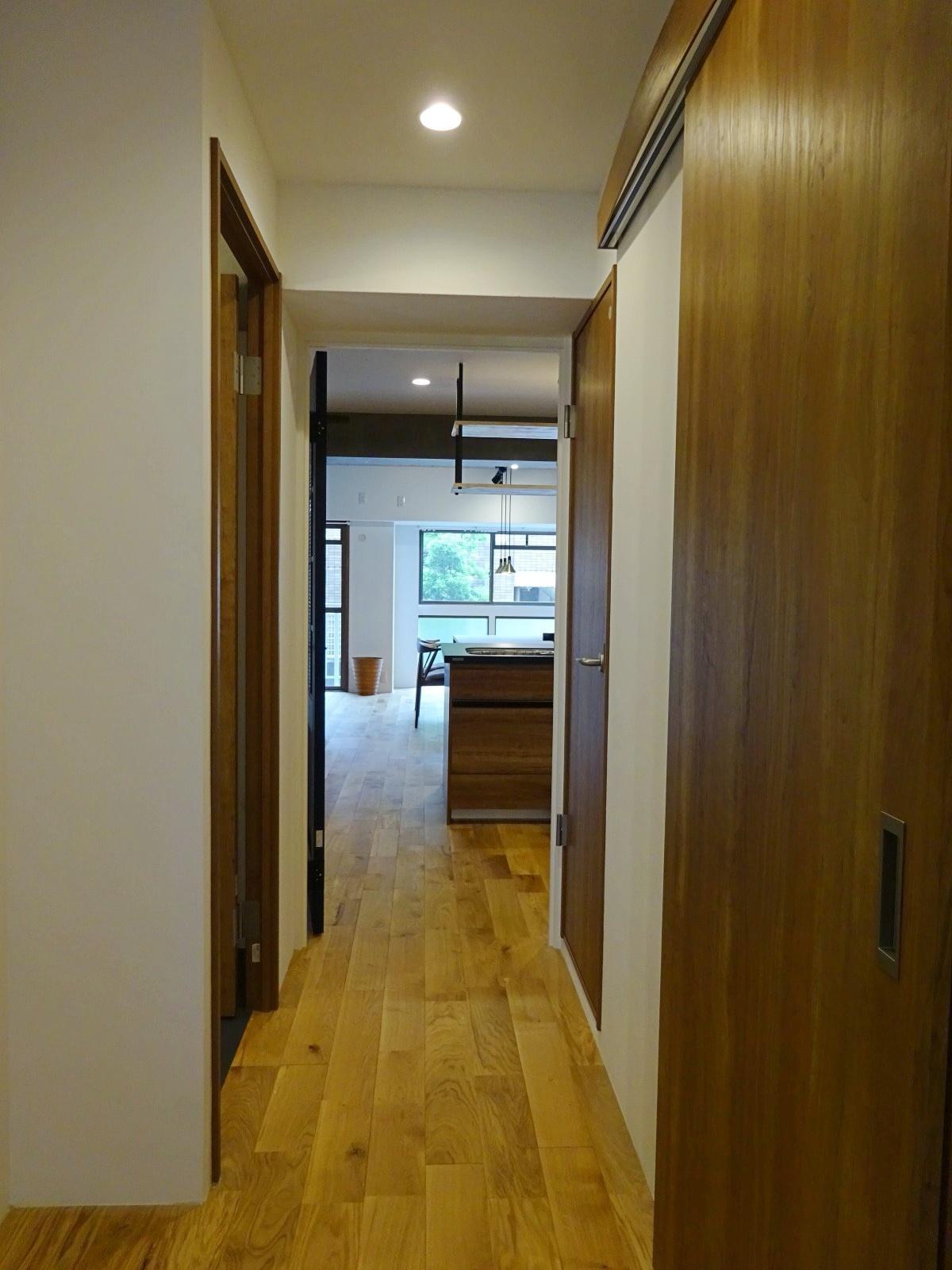廊下部分、右手に水回り、左に洋室があります