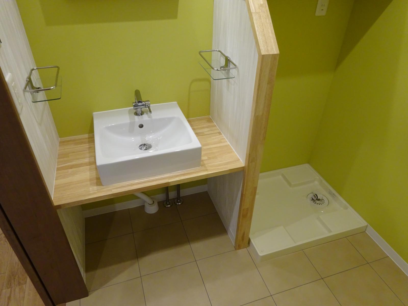 洗面スペース。黄緑のクロスがアクセント。
