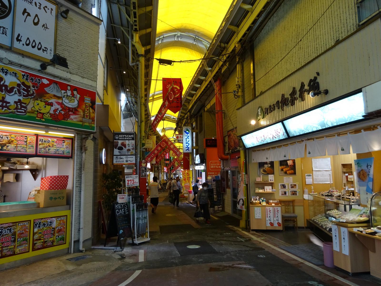 駅前は商店街です