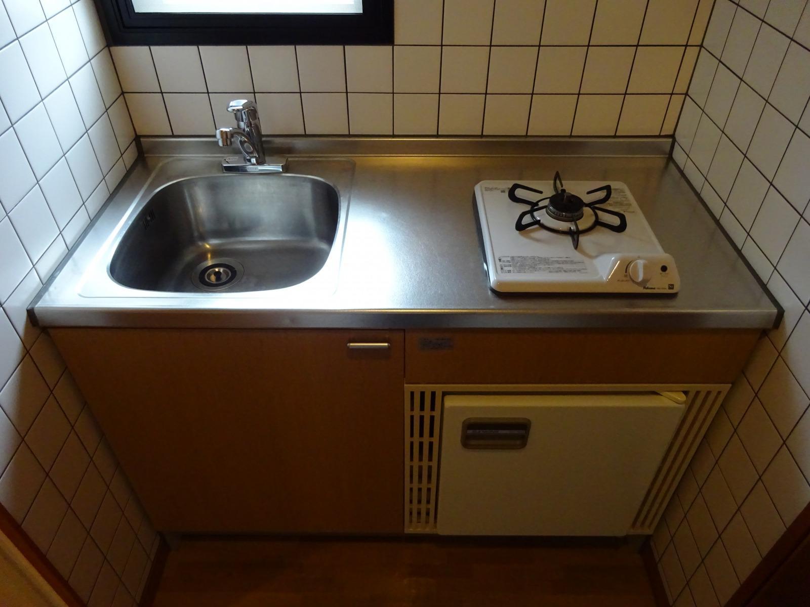 キッチンは小さめ、小型冷蔵庫がついています