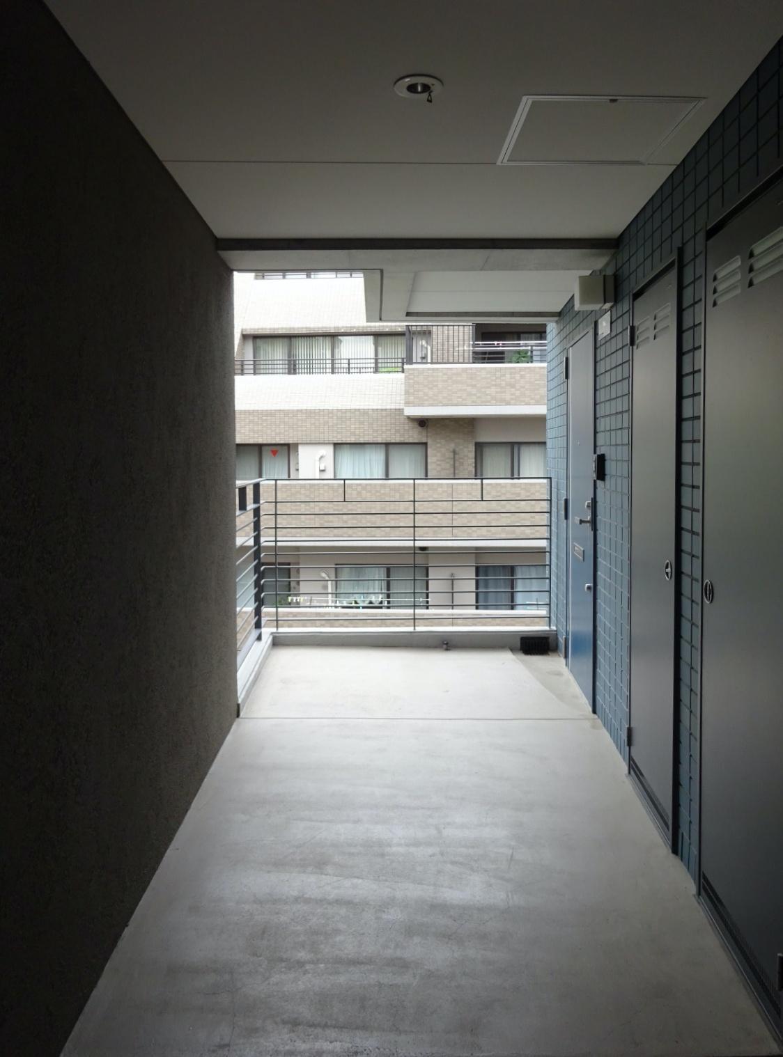 玄関前の共用廊下は広々