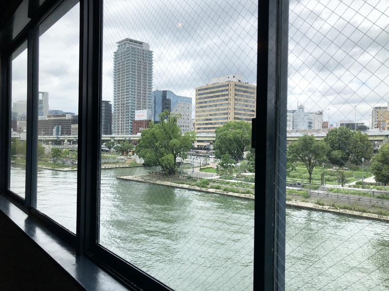 窓辺からでも土佐堀川がこの距離感で