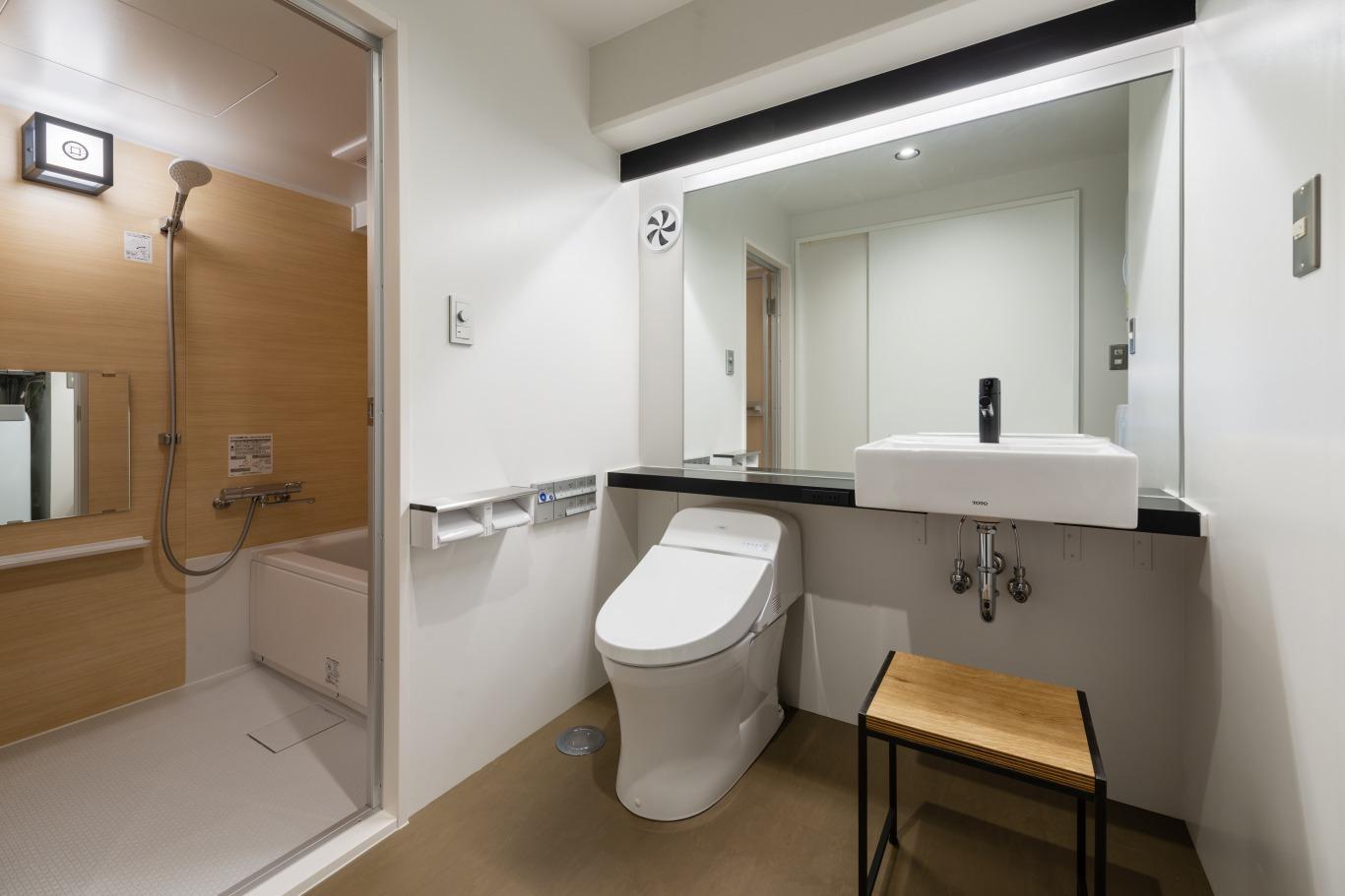 トイレと洗面スペース。大きな鏡は嬉しいポイント。
