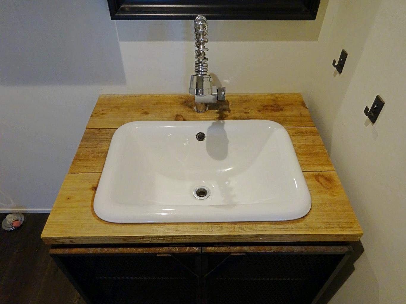 造作の洗面台です