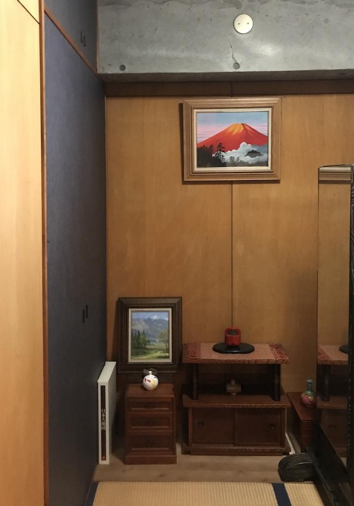 和室は紺色の障子紙を貼った収納扉がアクセント