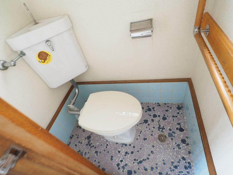 トイレ。昔ながらのタイル床です
