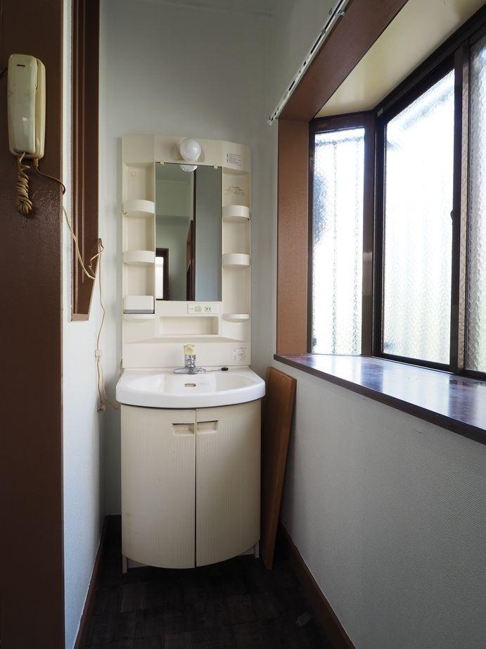 階段横に洗面台。好みのものに交換可能です