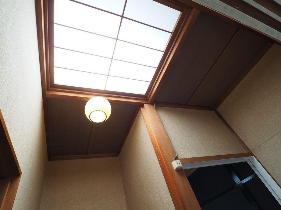 2階の廊下の天井。光が差しこむ造り