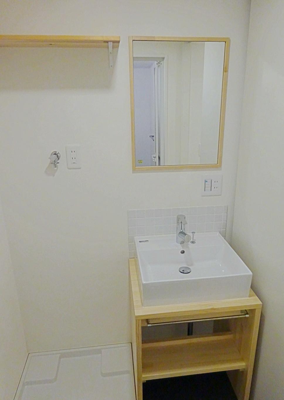 洗面室、洗濯機もここに。清潔感があります。