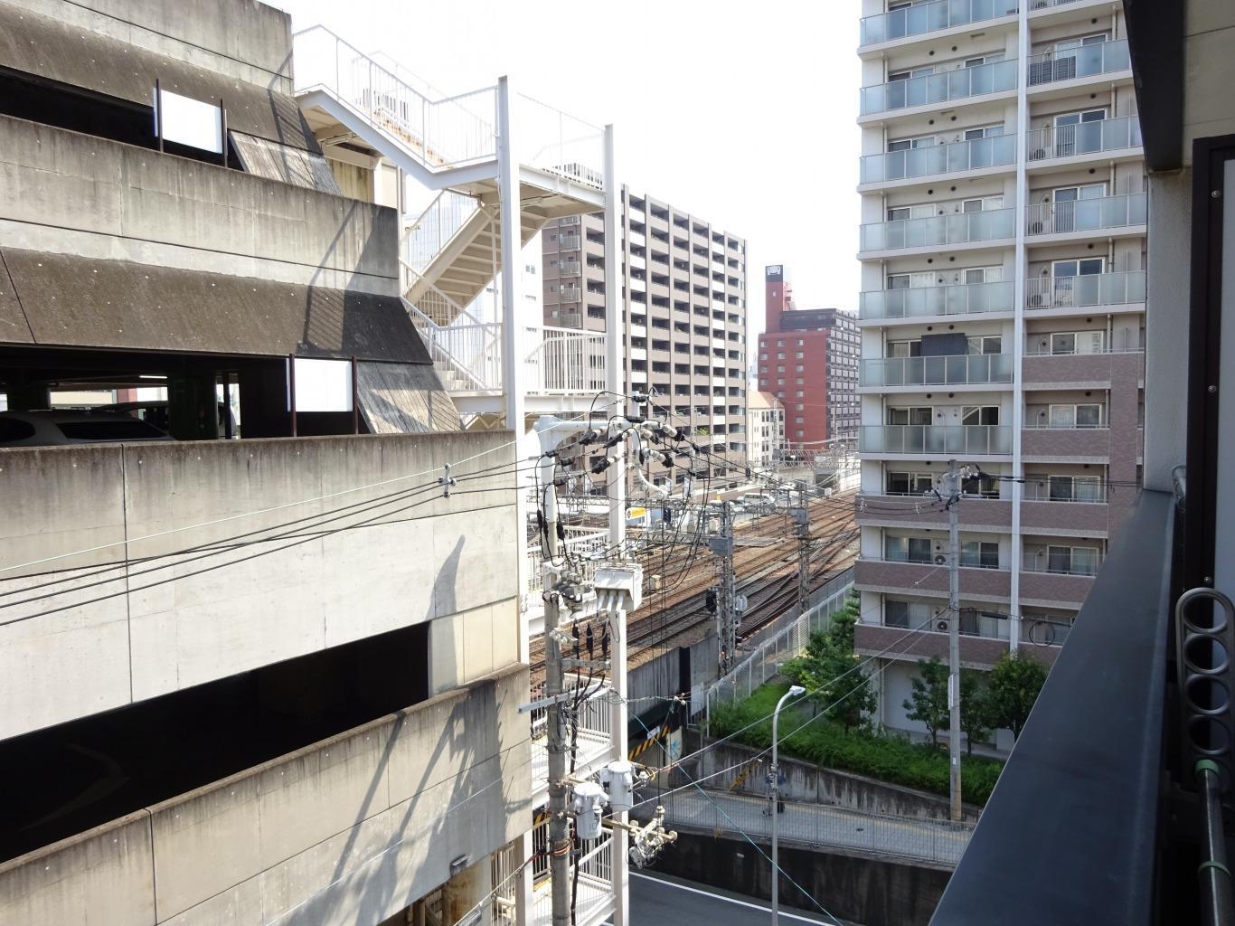 建物向かいは駐車場、電車の音も聞こえます。