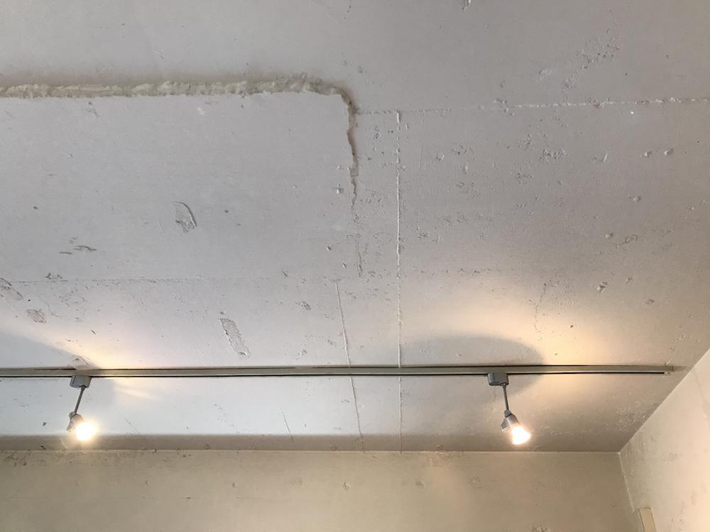 LDKの天井はいい感じの躯体のゴツゴツ感が出ています