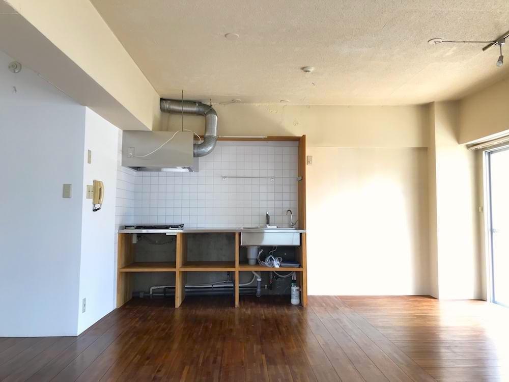 キッチンは造作オープンキッチン。コンロは4口あります