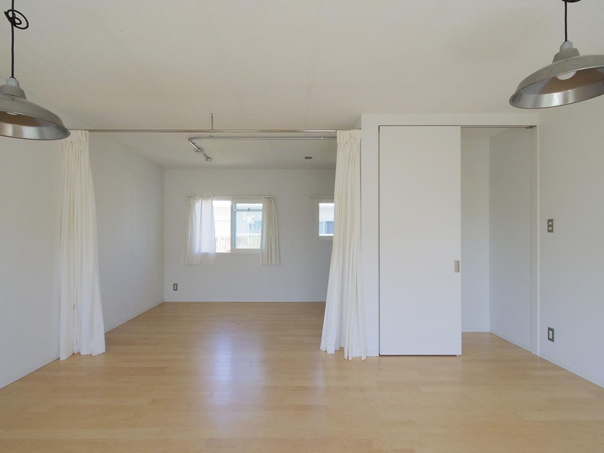 収納の面に合わせてカーテンレールが設置済み