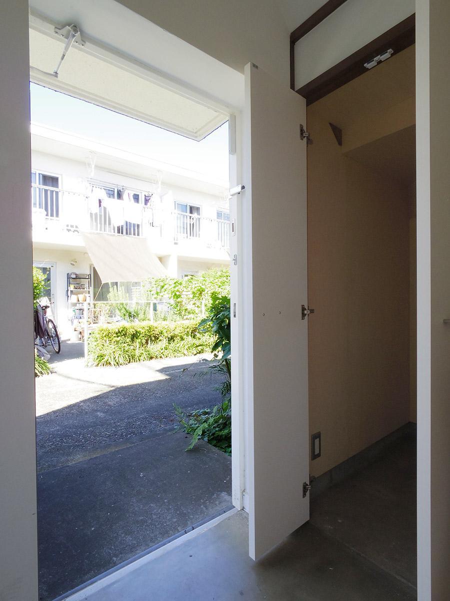 玄関スペース。階段下収納