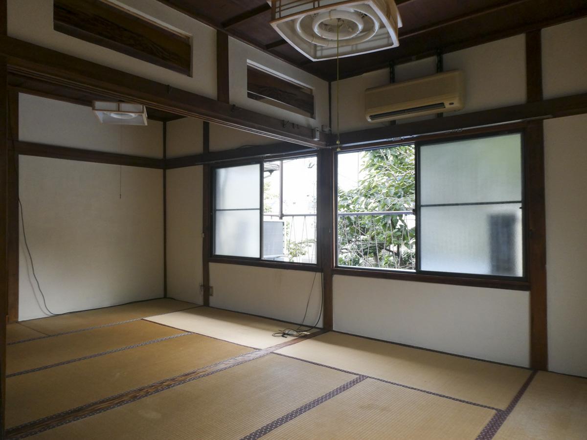 2階和室、ふすまを外した状態。目の前に庭の木