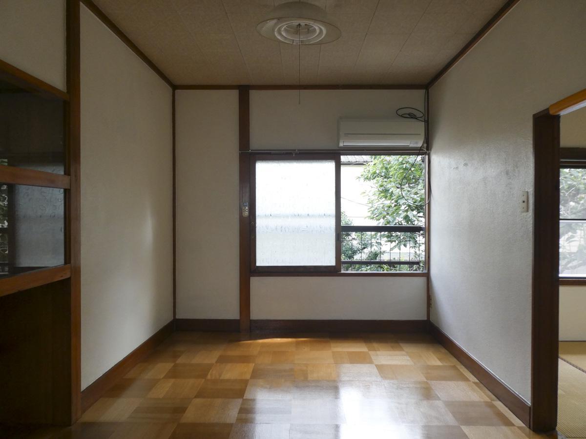 2階洋室のフローリングが好き。左手壁面にガラス扉の棚がある