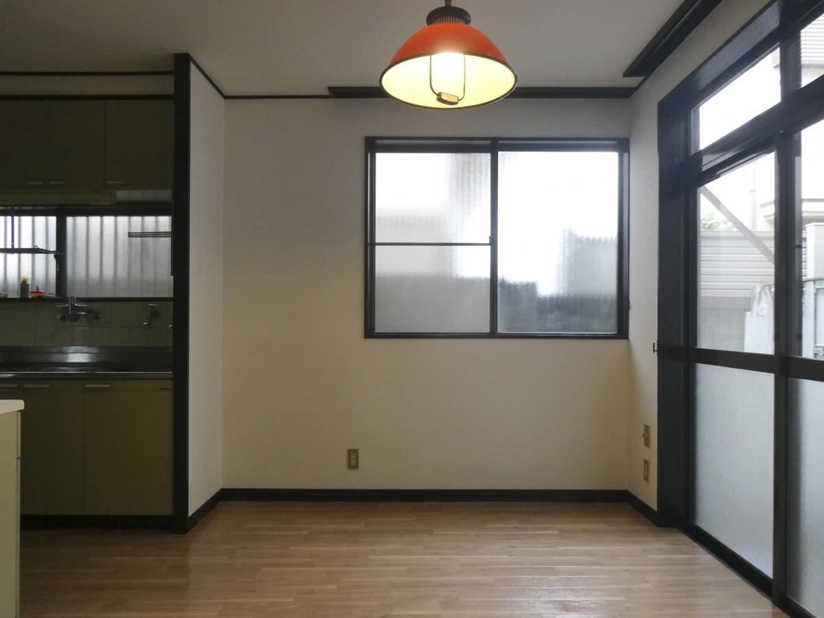 ダイニングはコンパクト。右手窓の先は隣の家の壁