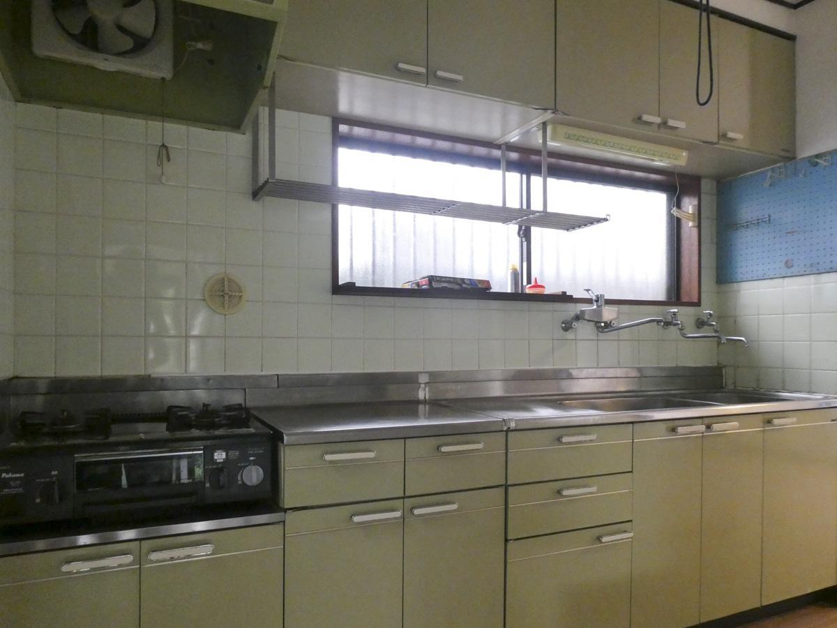 キッチンは作業スペースがたっぷり。ガスコンロは2口