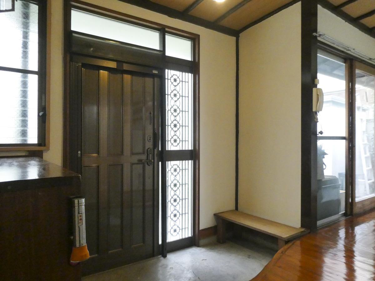 玄関。右側の窓は縁側につながる
