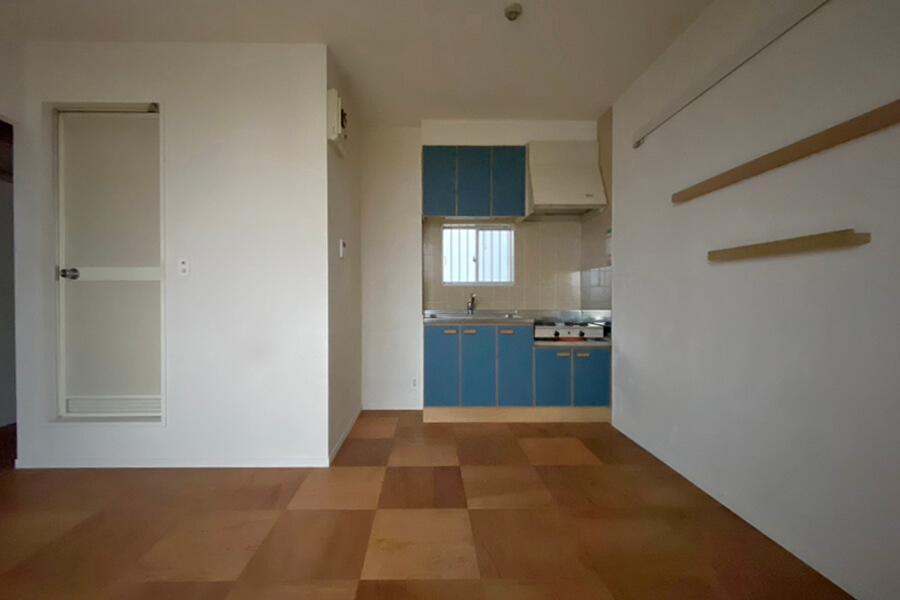 キッチンの脇に冷蔵庫か電子レンジなどの家電製品を置くと良さそう
