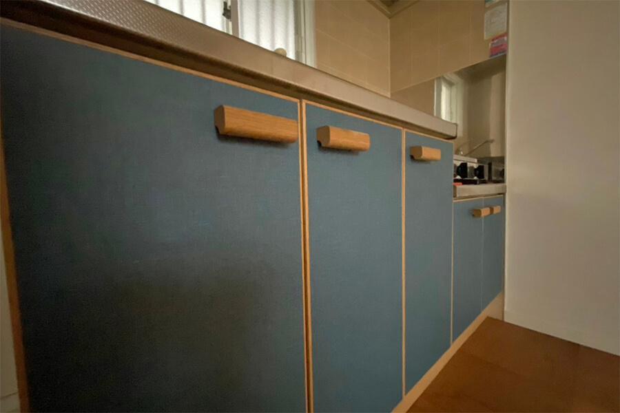 キッチンの扉の取手は木製。細かいところもこだわっています