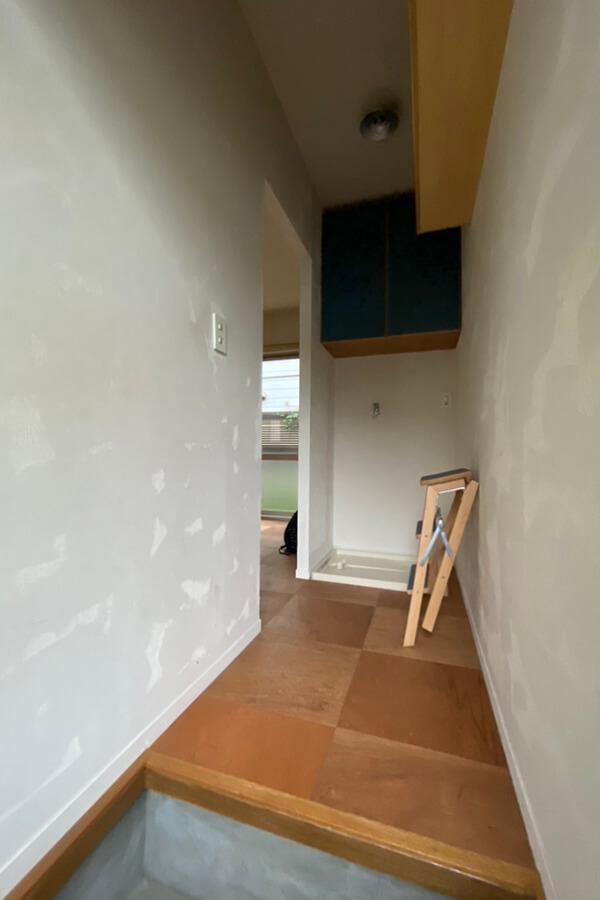 玄関。上部に棚が2段。靴の収納に重宝しそう