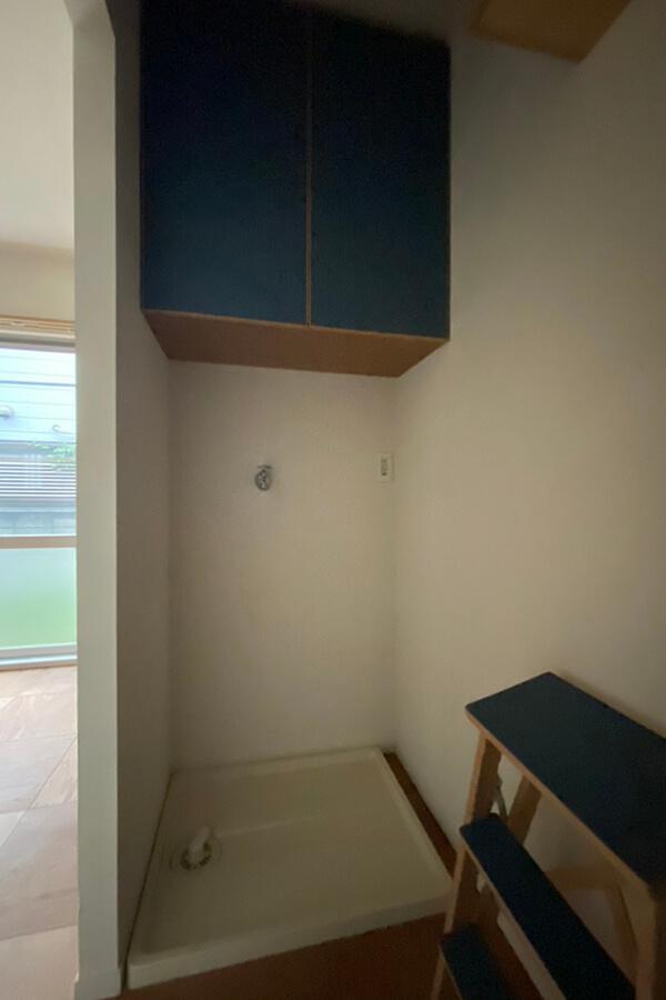 玄関正面に洗濯機置き場。ここにも収納が
