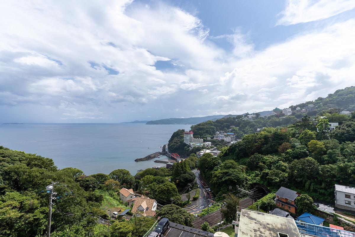 丘の地形の先に海が見晴らせる、理想的な眺望
