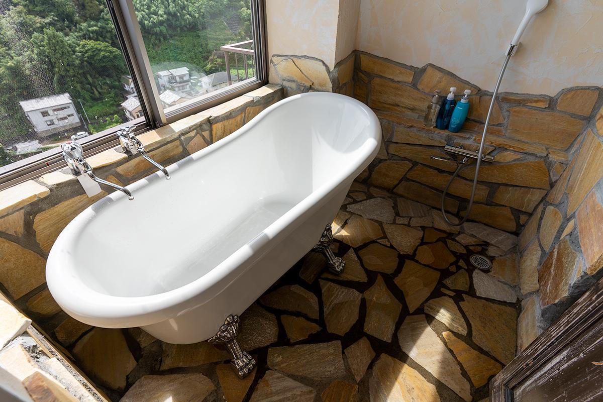 猫脚バスタブ、ですが水栓からは温泉が出てきます