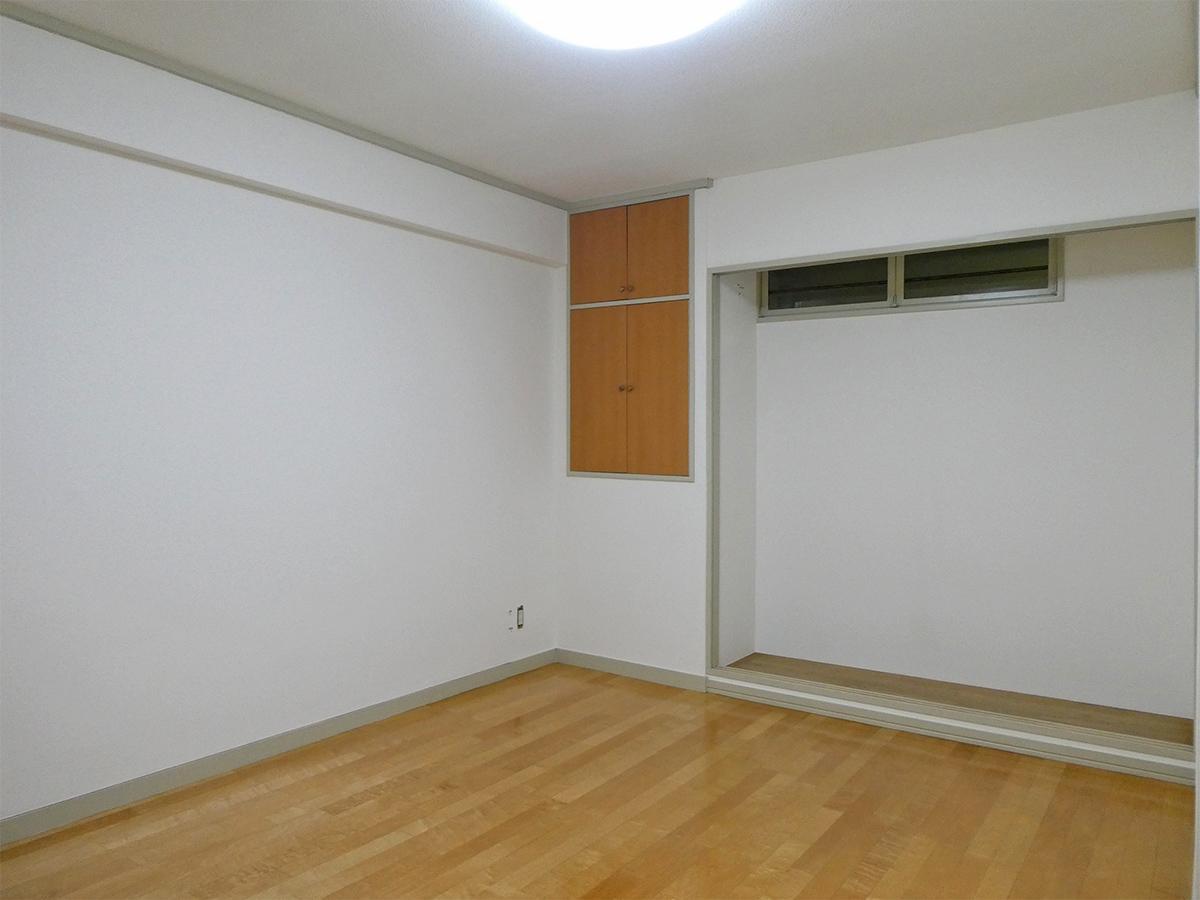 北側納戸:約9畳ほど。窓は共用廊下に向いているので電気をつける必要あり
