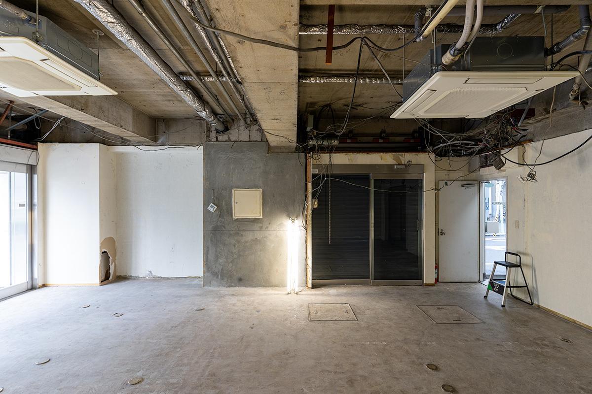 建物脇には自動ドア+シャッター、そしてビル共用階段側にも入り口があります